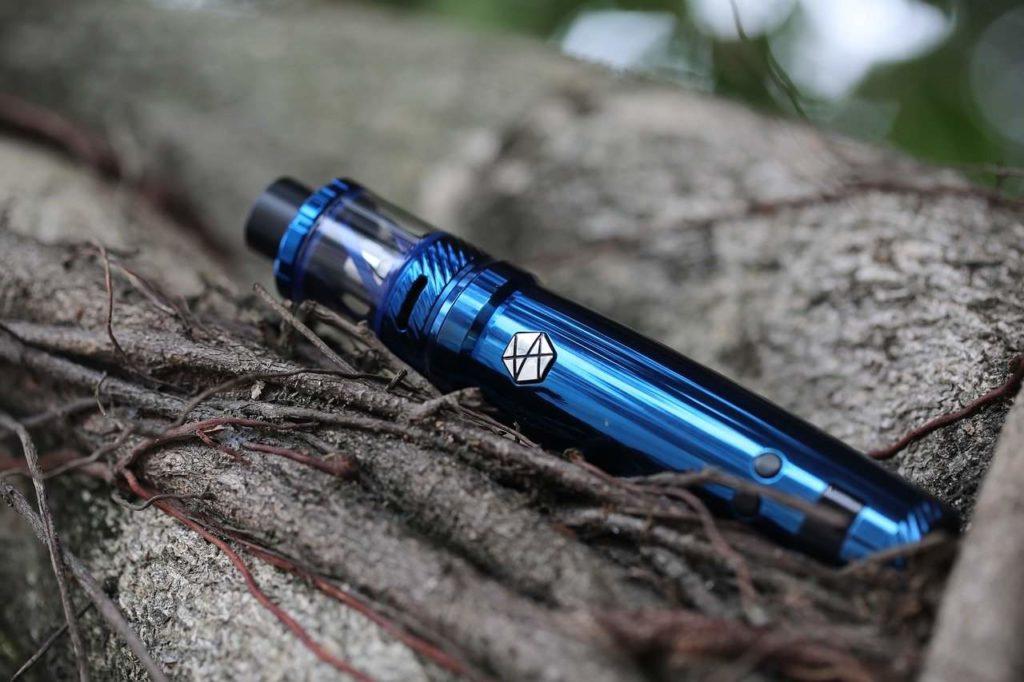 Modèle de e-cigarette tube bleu