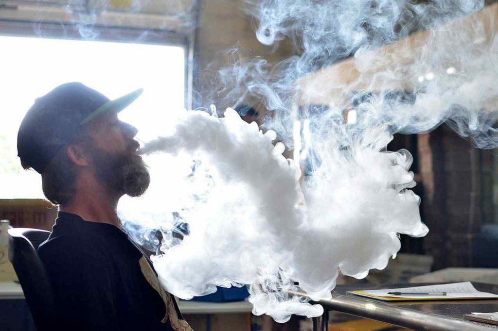 des vapoteurs pratiquent le cloud chasing